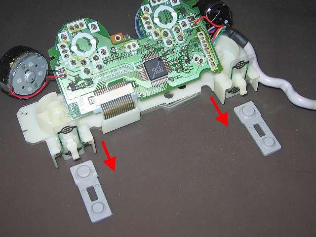 PS プレイステーションコントローラー DUALSHOCK デュアルショック SCPH-110 エメラルド メンテナンス、分解作業 L・R ボタンのラバーパッドを基板固定用プラスチック台座から取り外す