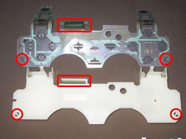 PS プレイステーションコントローラー DUALSHOCK デュアルショック SCPH-110 エメラルド メンテナンス、分解作業 基板固定用プラスチック台座の突起物(画像赤丸)に固定されているフレキシブル基板を外して、フィルムコネクタ箇所(画像赤枠)のプラスチック枠に引っかからないよう注意してフレキシブル基板を取り外す