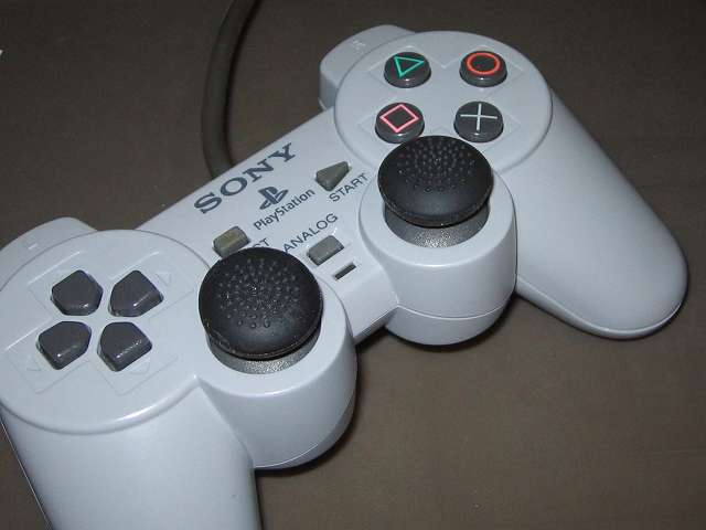 PS プレイステーションコントローラー DUALSHOCK デュアルショック SCPH-1200 アナログスティックにデイテル・ジャパン PS3用 アナログスティックカバープラス アナログスティックカバー ブツブツタイプ 取り付け、拡大撮影