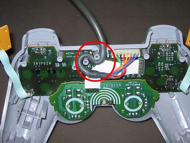 PS プレイステーションコントローラー DUALSHOCK デュアルショック SCPH-1200 メンテナンス、組立作業 基板を取り付けた後コントローラーケーブルを固定する