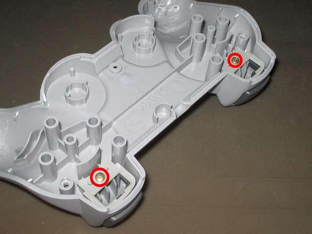 PS プレイステーションコントローラー DUALSHOCK デュアルショック SCPH-1200 メンテナンス、組立作業 コントローラー本体下部プラスチックカバーに L2・R2 ボタンの取り付けと L2・R2 ボタン固定用ガイドの取り付けとネジを締める