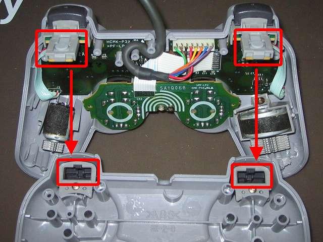 PS プレイステーションコントローラー DUALSHOCK デュアルショック SCPH-1200 メンテナンス、組立作業 コントローラー本体プラスチックカバー取り付け、L・R ボタンのラバーパッドと L・R ボタン基板(画像上側赤枠2ヶ所)を、コントローラー本体下部プラスチックカバーの L・R ボタン取り付け穴(画像下側赤枠2ヵ所)に通すように取り付ける、振動モーターが固定できないため、コントローラー基板側は寝かせたままコントローラー本体下部プラスチックカバーを上から被せるように取り付ける