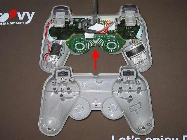 PS プレイステーションコントローラー DUALSHOCK デュアルショック SCPH-1200 メンテナンス、分解作業 コントローラーのネジ取り外し後、コントローラー本体プラスチックカバーを分離