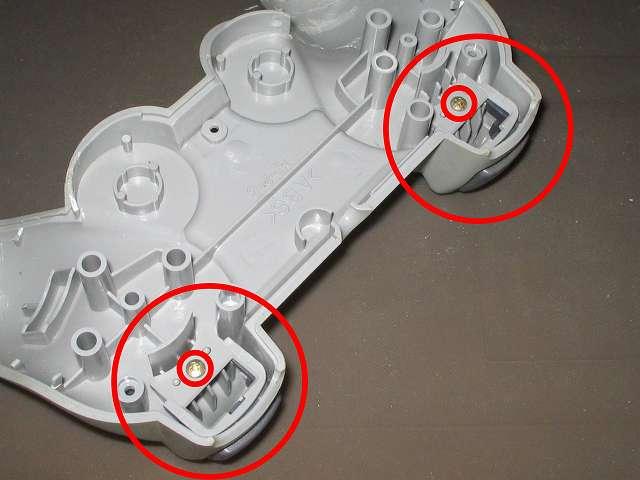 PS プレイステーションコントローラー DUALSHOCK デュアルショック SCPH-1200 メンテナンス、分解作業 コントローラー本体下部プラスチックカバーに固定されている L2・R2 ボタン固定用ガイドのネジを外す