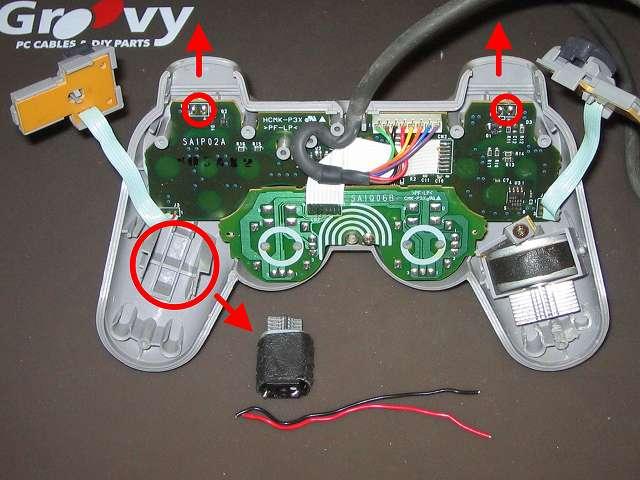PS プレイステーションコントローラー DUALSHOCK デュアルショック SCPH-1200 メンテナンス、分解作業 L・R ボタン用基板(画像上側の小赤丸 2ヶ所)をコントローラ本体プラスチックカバーから取り外す、振動モーターのリード線はんだ付け箇所(画像小さな赤丸2ヶ所)は前回分解時に切断済み、赤黒リード線ははんだ付けされたままコントローラー内部に残っていたものを完全にカット、持ち手右側の振動モーター取り外し