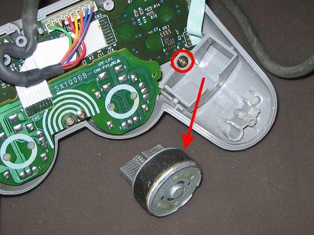 PS プレイステーションコントローラー DUALSHOCK デュアルショック SCPH-1200 メンテナンス、分解作業  持ち手左側の振動モーター取り外し、リード線カット済みのため振動モーター完全に取り外し可能状態、振動モーター用固定ガイドのネジ(画像赤丸)
