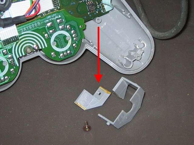 PS プレイステーションコントローラー DUALSHOCK デュアルショック SCPH-1200 メンテナンス、分解作業 振動モーター用固定ガイドのネジを外して、振動モーター用固定ガイドを取り外したところ