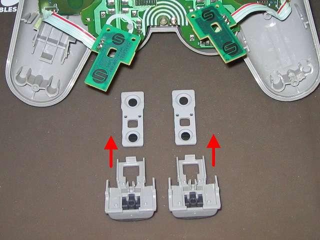 PS プレイステーションコントローラー DUALSHOCK デュアルショック SCPH-1200 メンテナンス、分解作業 取り外した L・R ボタンの固定用プガイドからラバーパッドの取り外し