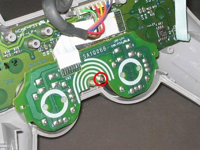 PS プレイステーションコントローラー DUALSHOCK デュアルショック SCPH-1200 メンテナンス、分解作業 スティックコントローラー基板を固定しているネジをプラスドライバーで外す