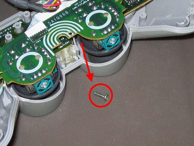 PS プレイステーションコントローラー DUALSHOCK デュアルショック SCPH-1200 メンテナンス、分解作業 スティックコントローラー基板のネジをプラスドライバーで外したところ
