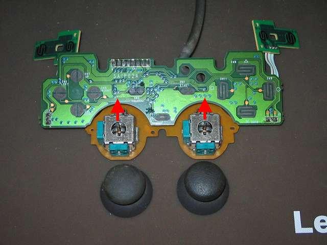 PS プレイステーションコントローラー DUALSHOCK デュアルショック SCPH-1200 メンテナンス、分解作業 スティックコントローラーに取り付けられているアナログスティックを垂直に引っ張って外す