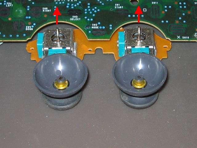 PS プレイステーションコントローラー DUALSHOCK デュアルショック SCPH-1200 メンテナンス、分解作業 スティックコントローラーから取り外したアナログスティックの内部、軸部分に金具