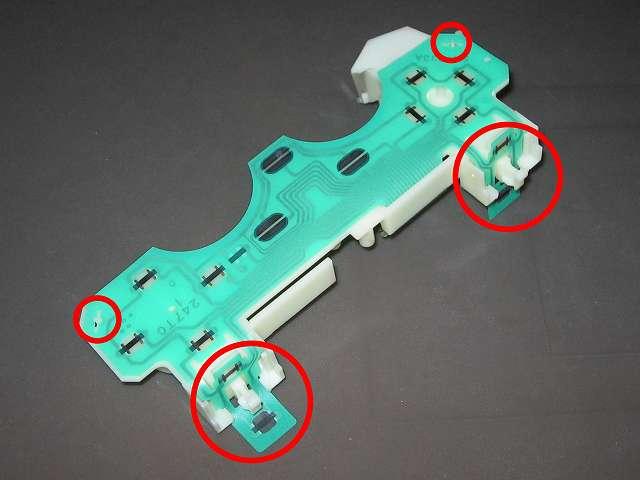 PS2 プレイステーション2 コントローラー DUALSHOCK 2 デュアルショック2 SCPH-10010 メンテナンス、組立作業 基板固定用プラスチック台座にフレキシブル基板(緑色のフィルムシート)取り付け(L・R ボタン側画像赤丸2ヵ所と突起物画像赤丸2ヵ所のところで固定)