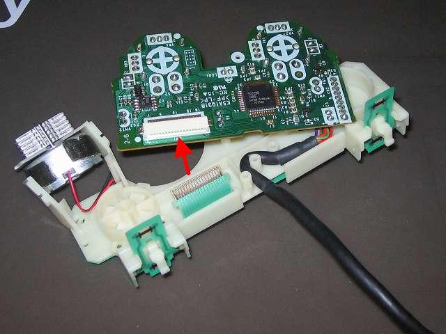 PS2 プレイステーション2 コントローラー DUALSHOCK 2 デュアルショック2 SCPH-10010 メンテナンス、組立作業 フレキシブル基板のフィルムコネクタを基板(画像赤矢印)に接続する、コントローラーケーブル(黒いケーブル)を基板固定用プラスチック台座に固定する