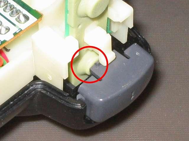 PS2 プレイステーション2 コントローラー DUALSHOCK 2 デュアルショック2 SCPH-10010 メンテナンス、組立作業 取り付けた L1・R1 ボタン裏側の突起物と L・R ラバーパッドが画像のように接触していることを確認する、ラバーパッドがくぼんでいる状態だとボタンの押す感触が悪くなったり反応しなくなる可能性があるため