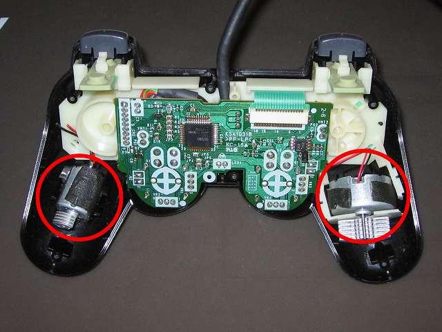 PS2 プレイステーション2 コントローラー DUALSHOCK 2 デュアルショック2 SCPH-10010 メンテナンス、組立作業 リード線が断線・切断した振動モーターを取り付け(今回振動モーターが基板から外されているため、組立作業では最後に取り付け)、リード線は基板に接触しないよう考慮