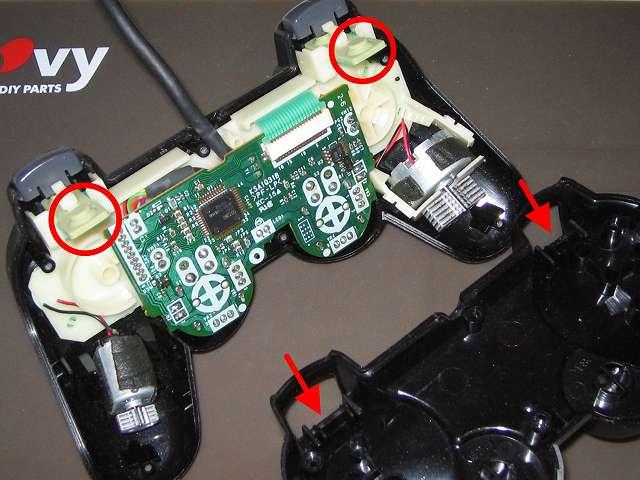 PS2 プレイステーション2 コントローラー DUALSHOCK 2 デュアルショック2 SCPH-10010 メンテナンス、組立作業 コントローラー本体プラスチックカバー取り付け、L・R ボタンのラバーパッド・フレキシブル基板のセット(画像赤丸 2ヶ所)を、コントローラー本体下部プラスチックカバーの L・R ボタン取り付け穴(画像赤矢印2ヵ所)に通すように取り付ける、振動モーターが固定できないため、コントローラー基板側は寝かせたままコントローラー本体下部プラスチックカバーを上から被せるように取り付ける(この時点ではまだ L2・R2 ボタンは取り付けない、組み立て時に邪魔になるため L2・R2 ボタン は後で取り付け)