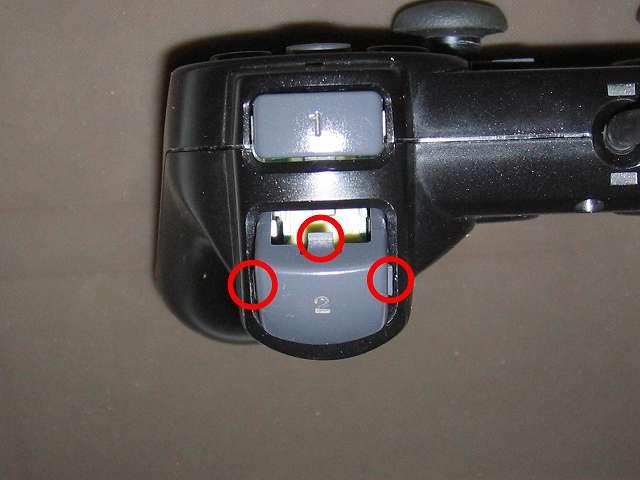 PS2 プレイステーション2 コントローラー DUALSHOCK 2 デュアルショック2 SCPH-10010 メンテナンス、組立作業 L2・R2 ボタン取り付け、3ヵ所のツメ(画像赤丸 3ヶ所)があるので左右両側のツメを押しながらコントローラーカバーに取り付けて、最後に残りのツメをコントローラー側に押し込んで取り付ける、L2・R2 ボタンを先に取り付けてしまうと L2・R2 ラバーパッドと L2・R2 ボタンの突起物と接触がうまくいかないことがあるため