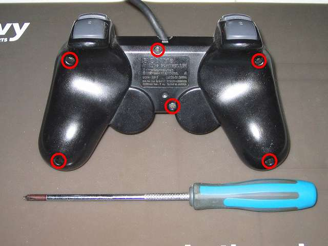PS2 プレイステーション2 コントローラー DUALSHOCK 2 デュアルショック2 SCPH-10010 メンテナンス、分解作業 コントローラー裏面6ヶ所(画像赤丸)のネジをプラスドライバーを使って外す