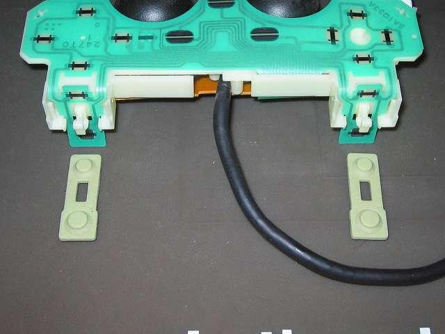 PS2 プレイステーション2 コントローラー DUALSHOCK 2 デュアルショック2 SCPH-10010 メンテナンス、分解作業 L・R ボタンのラバーパッドを基板固定用プラスチック台座から取り外す