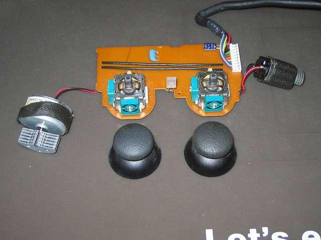 PS2 プレイステーション2 コントローラー DUALSHOCK 2 デュアルショック2 SCPH-10010 メンテナンス、分解作業 スティックコントローラーに取り付けられているアナログスティックを垂直に引っ張って外す