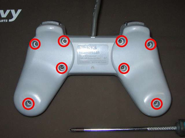 PS プレイステーションコントローラー PlayStation Controller SCPH-1080 メンテナンス、組立作業 コントローラー裏面 ネジ穴8ヶ所(画像赤丸)にネジを締める