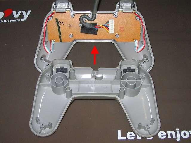 PS プレイステーションコントローラー PlayStation Controller SCPH-1080 メンテナンス、分解作業 コントローラーのネジ取り外し後、コントローラー本体のプラスチックカバーを分離