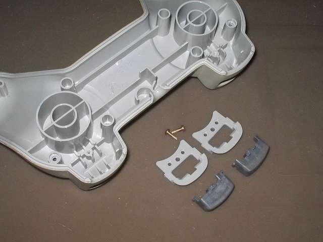 PS プレイステーションコントローラー PlayStation Controller SCPH-1080 メンテナンス、分解作業 コントローラー本体下部プラスチックカバーに取り付けられている L2・R2 ボタンと固定用ガイド、ネジを取り外したところ
