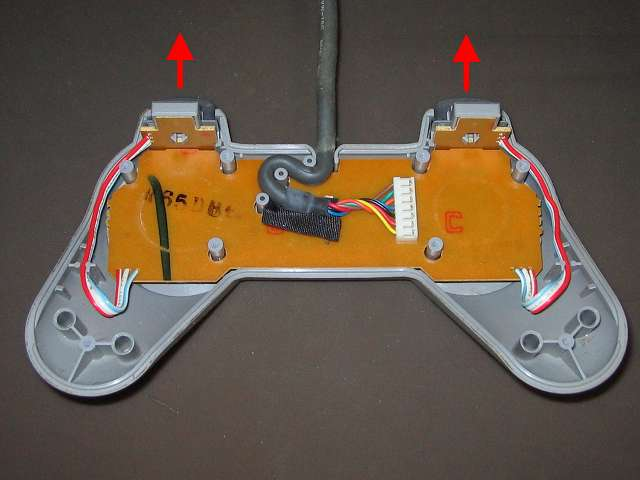 PS プレイステーションコントローラー PlayStation Controller SCPH-1080 メンテナンス、分解作業 L・R ボタンの基板と L・R ボタン固定用ガイドをコントローラ本体プラスチックカバーから取り外す