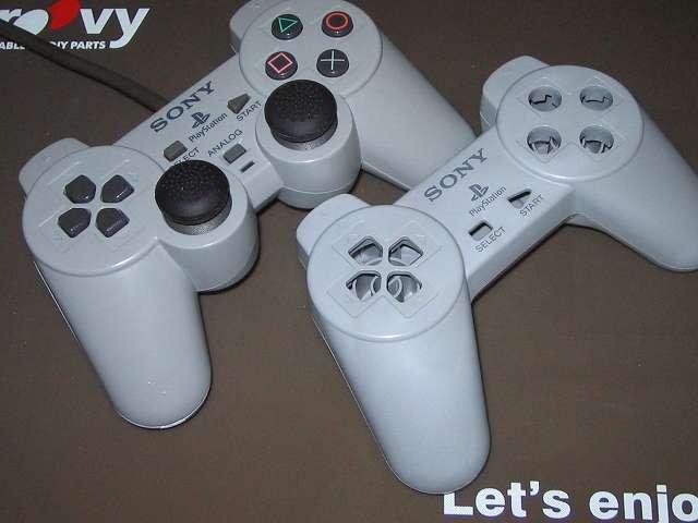 PS プレイステーションコントローラー PlayStation Controller SCPH-1080 メンテナンス、プラスチックカバー黄ばみ取り作業 DUALSHOCK デュアルショック SCPH-1200(画像左側)との比較、プラスチック漂白の差に違いあり