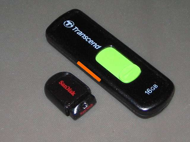 SanDisk Cruzer Fit USB フラッシュメモリー 16GB 5年間保証 国内正規品 SDCZ33-016G-J57、故障した Transcend JetFlash 500 TS16GJF500 (16GB) との大きさ比較