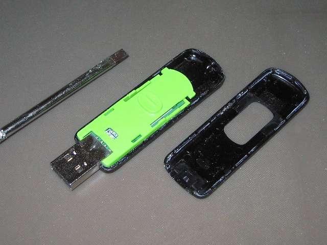 Transcend JetFlash 500 TS16GJF500 (16GB) 分解作業、USB コネクタを出した状態で上下に折り曲げて隙間を作り、マイナスドライバーを挿入。マイナスドライバーからこじ開けてプラスチック本体を分解して フラッシュメモリを取り出す