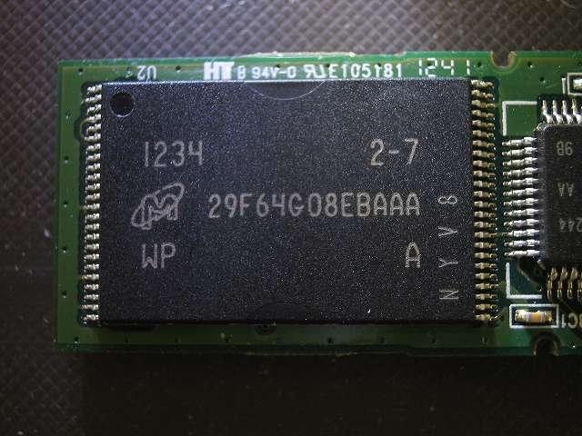 使えなくなった Transcend JetFlash 500 TS16GJF500 (16GB) 分解記念撮影、片面にあるフラッシュメモリ?