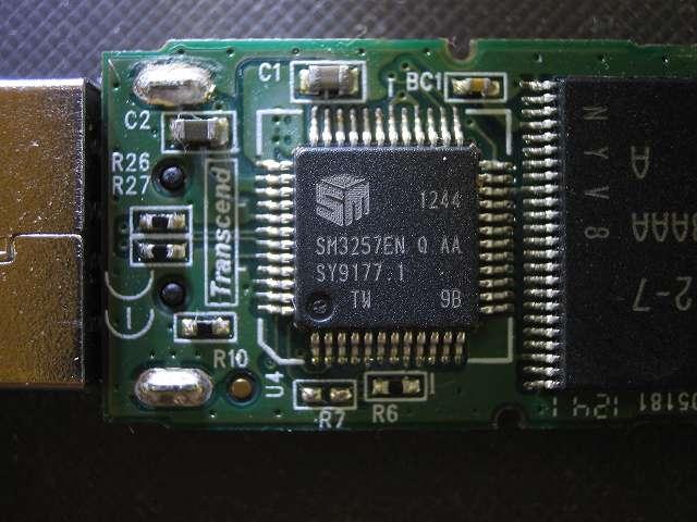 使えなくなった Transcend JetFlash 500 TS16GJF500 (16GB) 分解記念撮影、コントローラーチップ?とコンデンサチップ?