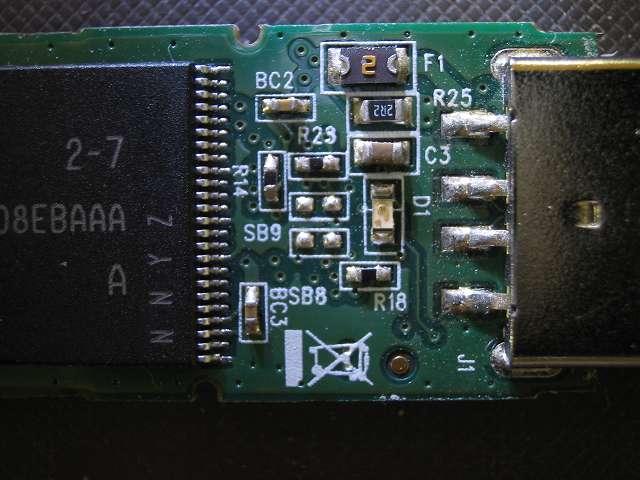 使えなくなった Transcend JetFlash 500 TS16GJF500 (16GB) 分解記念撮影、コントローラーチップ裏側のチップコンデンサ?