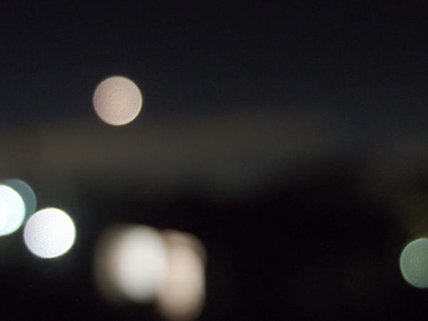 月と外灯と車