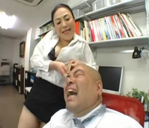 アダルト動画:ドS女社長の地獄の懲罰でM男社員絶句