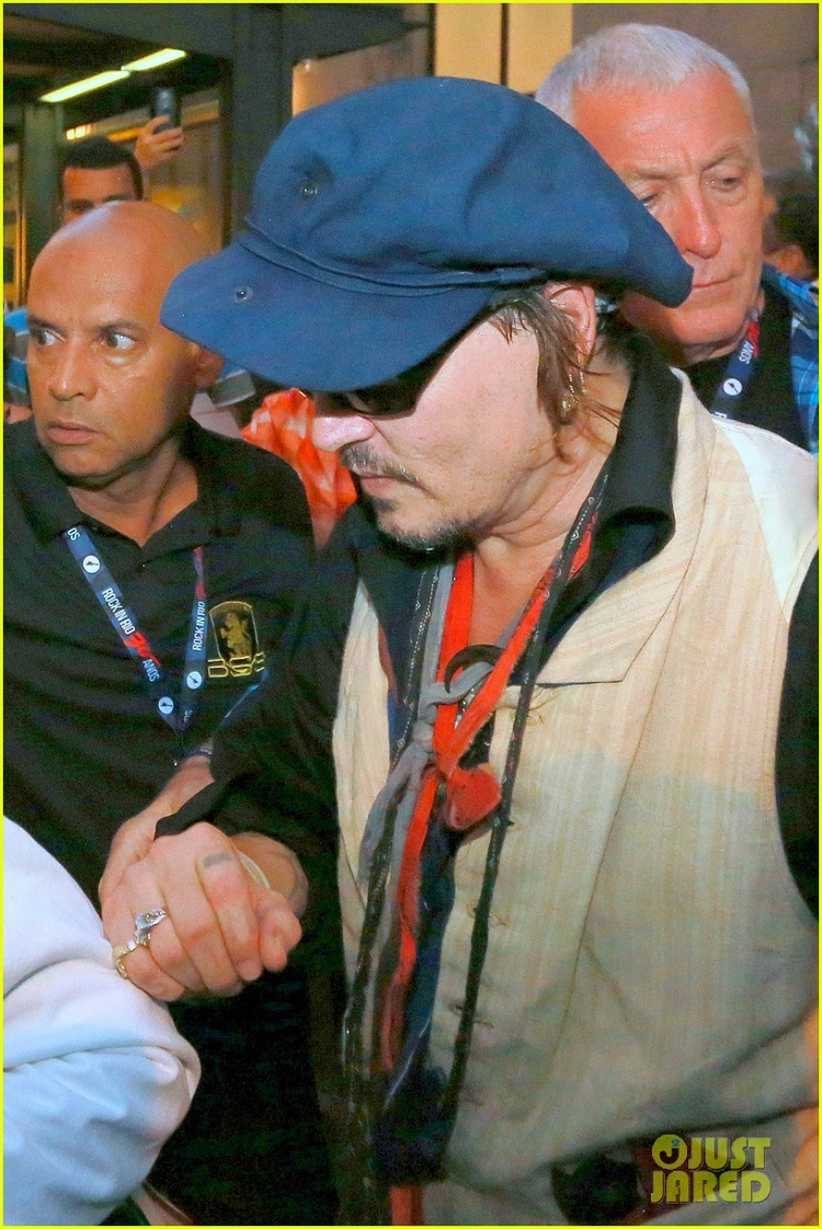 amber-heard-joins-johnny-depp-at-rock-in-rio-show-12.jpg