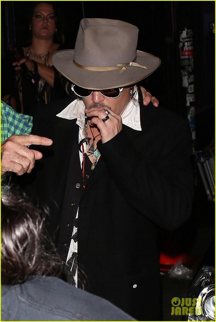 johnny-depp-amber-heard-hollywood-vampires-concert-22.jpg