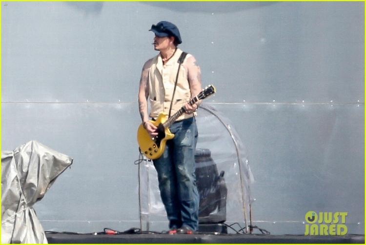 johnny-depp-rocking-in-rio-05.jpg