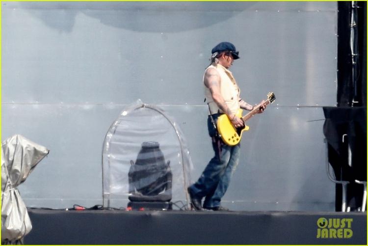 johnny-depp-rocking-in-rio-30.jpg