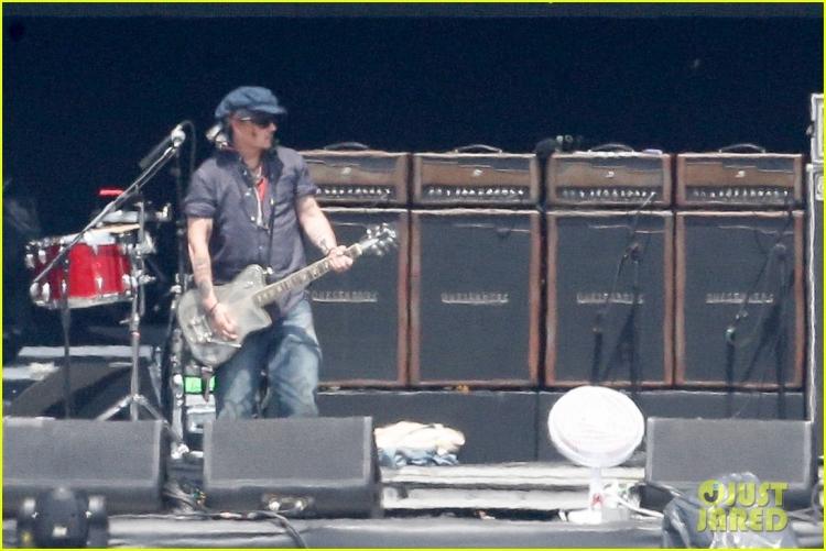 johnny-depp-rocking-in-rio-36.jpg