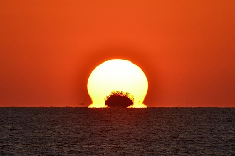「小股島を抱いてだるま夕陽」  (香川県観音寺)