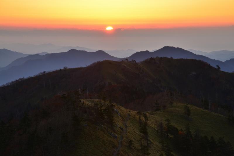 「一ノ森方向からの日の出」 (徳島県剣山)