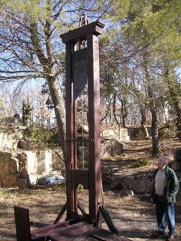 フェルナン・メイソニナー所有のギロチン。実際にフランス領アルジェリアで死刑執行に使用されていた