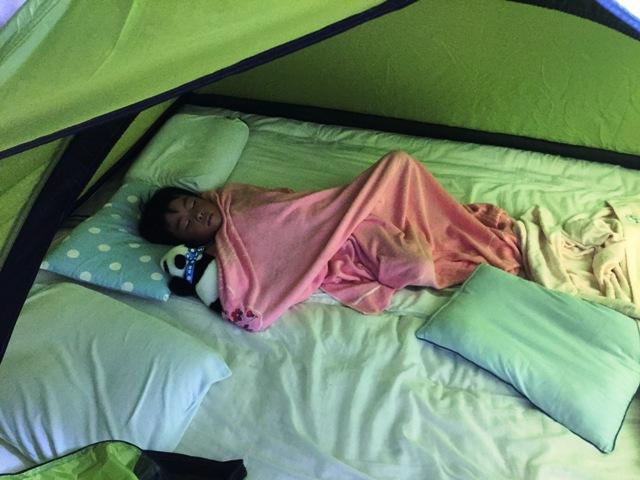 テントの中で寝る陸ちゃん