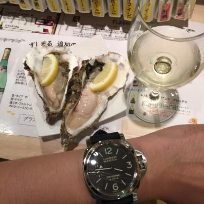 北海道産の生牡蠣と白ワインとパネライ(PANERAI)PAM00510