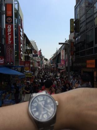 原宿の街並みとセイコー機械式腕時計SARG009