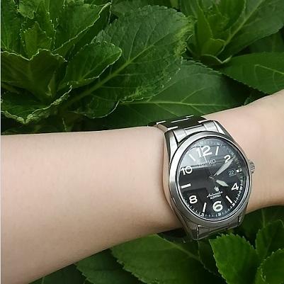 セイコー(メカニカル)機械式腕時計SARG009と緑の葉