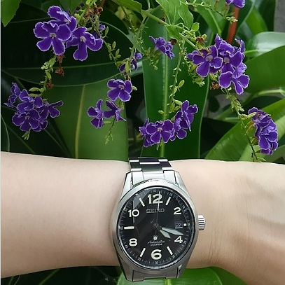 セイコー(メカニカル)機械式腕時計SARG009と青い花